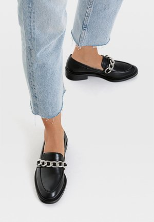 MIT KETTENELEMENT - Loafers - black