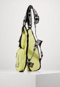 Karl Kani - TAPE UTILITY VEST BAG  - Rumpetaske - yellow - 1