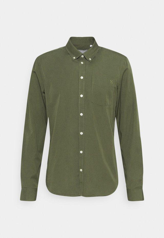 ANTON GARMENT DYED SHIRT - Overhemd - olivine