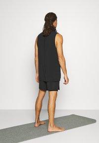 Nike Performance - ACTIVE YOGA - Korte sportsbukser - black/gray - 2
