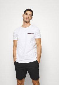 Tommy Hilfiger - COOL SMALL TEE - T-shirt z nadrukiem - white - 0