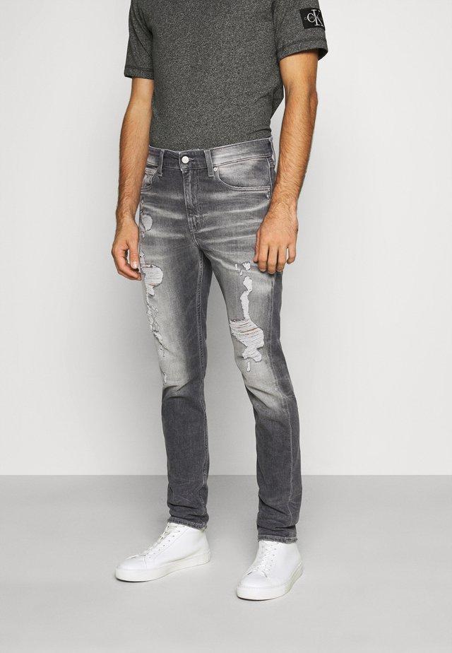 CKJ 058 SLIM TAPER - Jeans Tapered Fit - denim grey