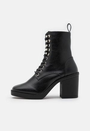 ICONIC - Šněrovací kotníkové boty - black