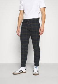Redefined Rebel - ERCAN CROPPED PANTS - Chino - dark olive - 0