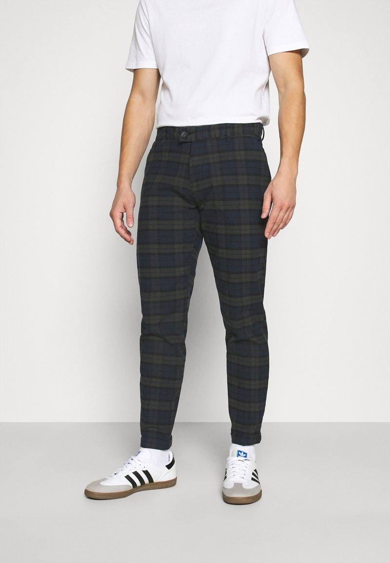 Redefined Rebel - ERCAN CROPPED PANTS - Chino - dark olive