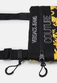 Versace Jeans Couture - UNISEX - Bandolera - black/gold - 4
