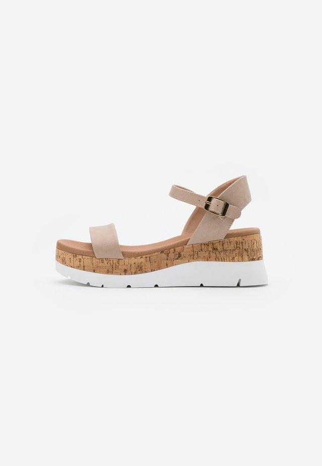ROXXIE WEDGE - Sandály na platformě - nude