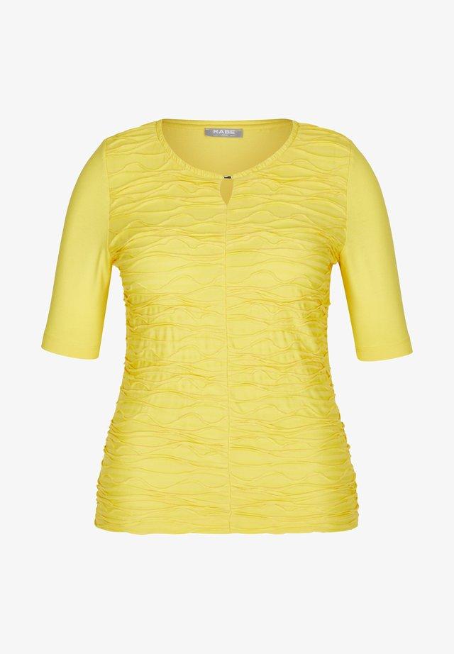 MIT UNIFARBENEM STOFF UND HALBLANGEN ÄRMEL - Print T-shirt - gelb