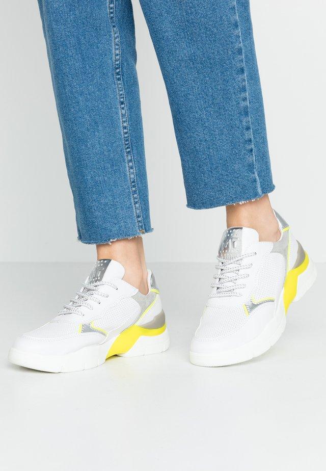 LACE UP - Matalavartiset tennarit - white/neon yellow