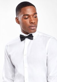 Next - WHITE SLIM FIT SINGLE CUFF WING COLLAR SHIRT WITH BOW TIE AND PO - Formal shirt - white - 2
