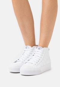 adidas Originals - NIZZA PLATFORM MID - Sneakers hoog - footwear white/core black - 0