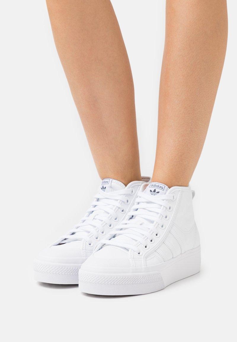 adidas Originals - NIZZA PLATFORM MID - Sneakers hoog - footwear white/core black
