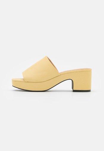 Heeled mules - yellow dusty