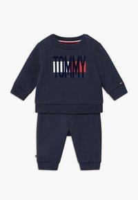 Tommy Hilfiger - BABY FLAG TRACKSUIT SET - Survêtement - blue - 0