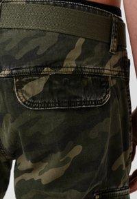 INDICODE JEANS - BLIXT - Shorts - mottled dark green - 4