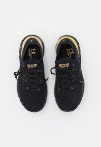 Under Armour - HOVR PHANTOM 2 - Zapatillas de running neutras - black/metallic gold - 3