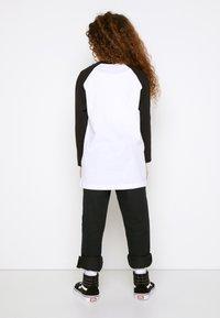 Vans - CLASSIC RAGLAN BOYS - Long sleeved top - white/black - 2