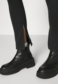 NA-KD - NA-KD X ZALANDO EXCLUSIVE  SIDE SLIT - Leggings - Trousers - grey - 3