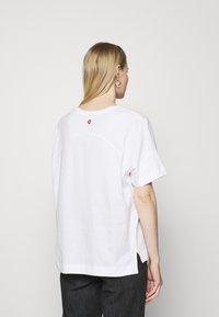 Desigual - OVERSIZE GALACTIC - T-shirts med print - white - 2