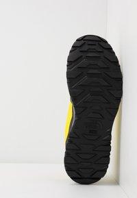 The North Face - M ACTIVIST FUTURELIGHT - Obuwie hikingowe - lemon/black - 4