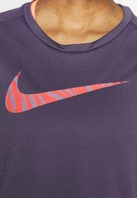 Nike Performance - ICON CLASH RUN  - T-shirt imprimé - dark raisin - 4