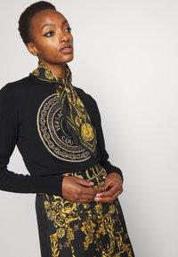 Versace Jeans Couture - REGALIA BAROQUE SCARF UNISEX - Skjerf - nero - 0