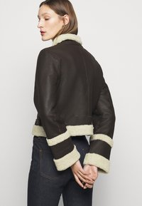 Victoria Victoria Beckham - CROPPED AVIATOR JACKET - Leather jacket - chestnut brown - 6