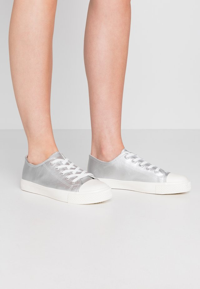 WIDE FIT ICON  - Sneakers basse - silver
