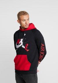 Jordan - JUMPMAN - Bluza z kapturem - black/black/gym red - 0