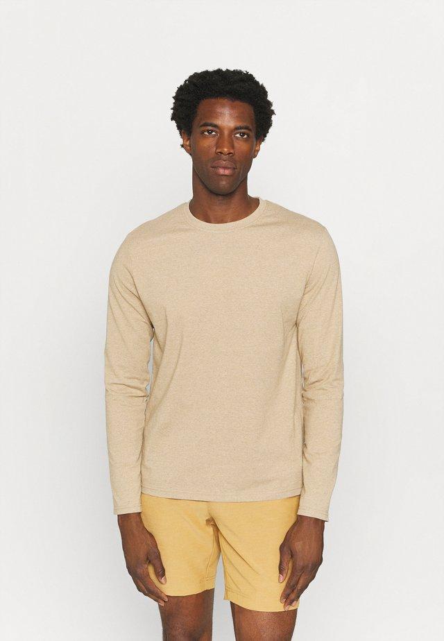 WANJIRU - T-shirt à manches longues - humus