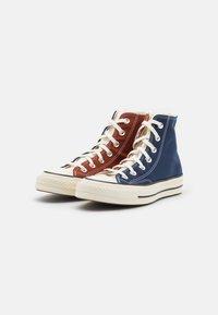 Converse - CHUCK 70 TRI BLOCK UNISEX - Sneakersy wysokie - cedar bark/midnight navy/egret - 1
