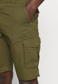 Selected Homme - SLHJIMMI CARGO - Shorts - dark olive - 4
