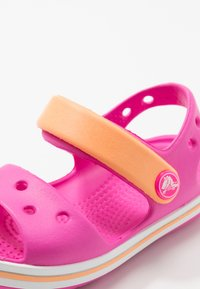 Crocs - CROCBANDKIDS - Sandały kąpielowe - electric pink/cantaloupe - 2