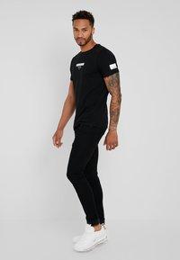 Redefined Rebel - TEE OPTION - T-shirt imprimé - black - 1