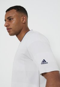 adidas Golf - PRIME - Triko spotiskem - white/grey - 4