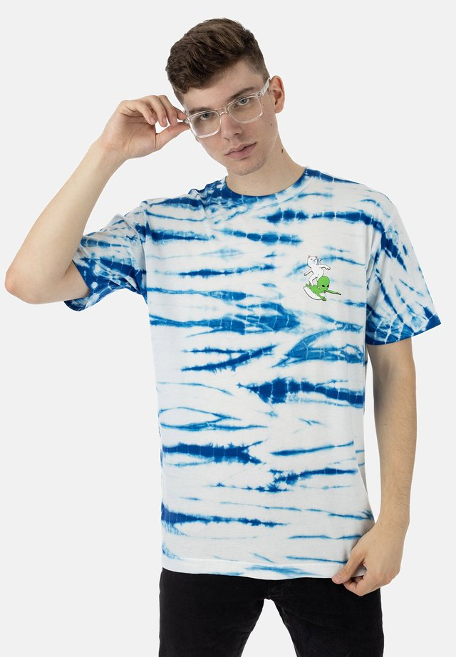 T-shirt print - blue & white stripe dye