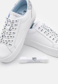 CHIARA FERRAGNI - LACE LOGOMANIA - Sneakersy niskie - white - 4