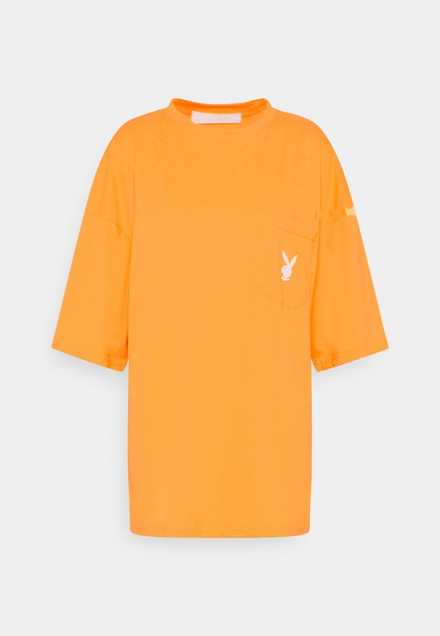 PLAYBOY REPEAT LOGO OVERSIZED POCKET - T-shirt imprimé - orange