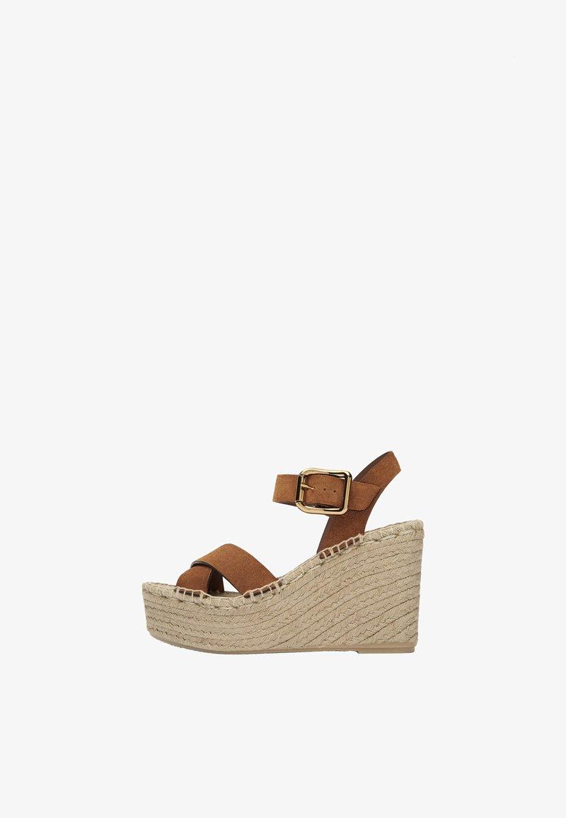 Uterqüe - LEDERSANDALEN AUS RAULEDER MIT KEILABSATZ AUS JUTE 15707580 - High heeled sandals - brown