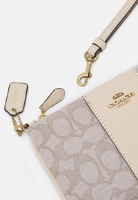 Coach - SIGNATURE SMALL WRISTLET - Wallet - stone ivory - 3
