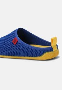 Andres Machado - DYNAMIC UNISEX - Pantuflas - blue/yellow - 5
