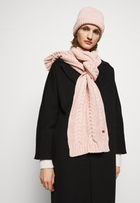 Barbour - CABLE BEANIE SCARF SET - Scarf - pink - 0