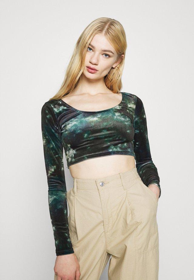 CROP - T-shirt à manches longues - green
