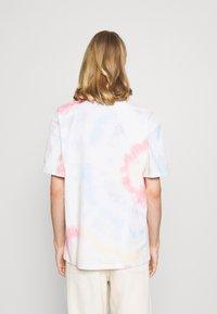 Jack & Jones - UNISEX JORSMILE TEE CREW NECK - Print T-shirt - cloud dancer - 2