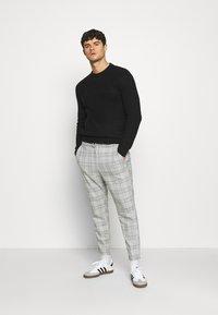 Only & Sons - ONSLINUS CROPPED  CHECK PANT - Spodnie materiałowe - medium grey melange - 1