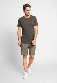 Jack & Jones PREMIUM - JJEASHER TEE O-NECK NOOS - T-shirt - bas - black/reg - 1