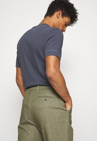 CLOSED - BOSTON RELAXED - Trousers - soft khaki - 3
