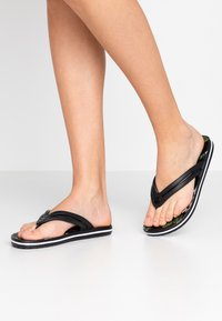 Crocs - CROCBAND BOTANICAL PRINT  - Slippers - black - 0