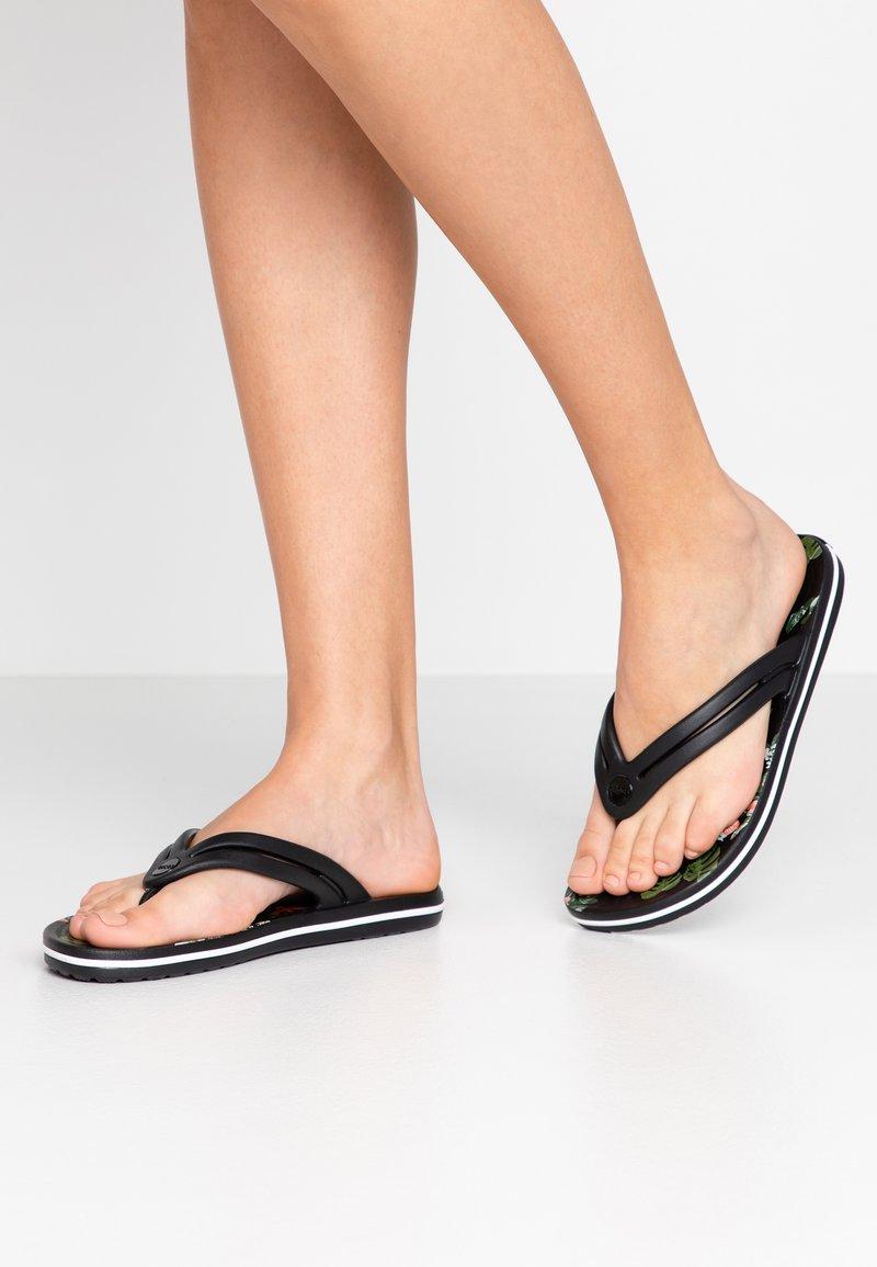 Crocs - CROCBAND BOTANICAL PRINT  - Slippers - black