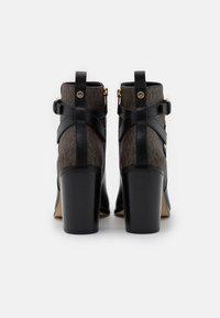 MICHAEL Michael Kors - ALDRIDGE BOOTIE - Stivaletti con tacco - black/brown - 3
